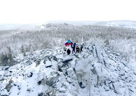 flag-mchs-rossii-ustanovili-na-vershine-alhanaya-v-chest-30-letiya-ministerstva_1606985040301293951__2000x2000