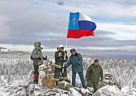 flag-mchs-rossii-ustanovili-na-vershine-alhanaya-v-chest-30-letiya-ministerstva_1606985040811396703__2000x2000